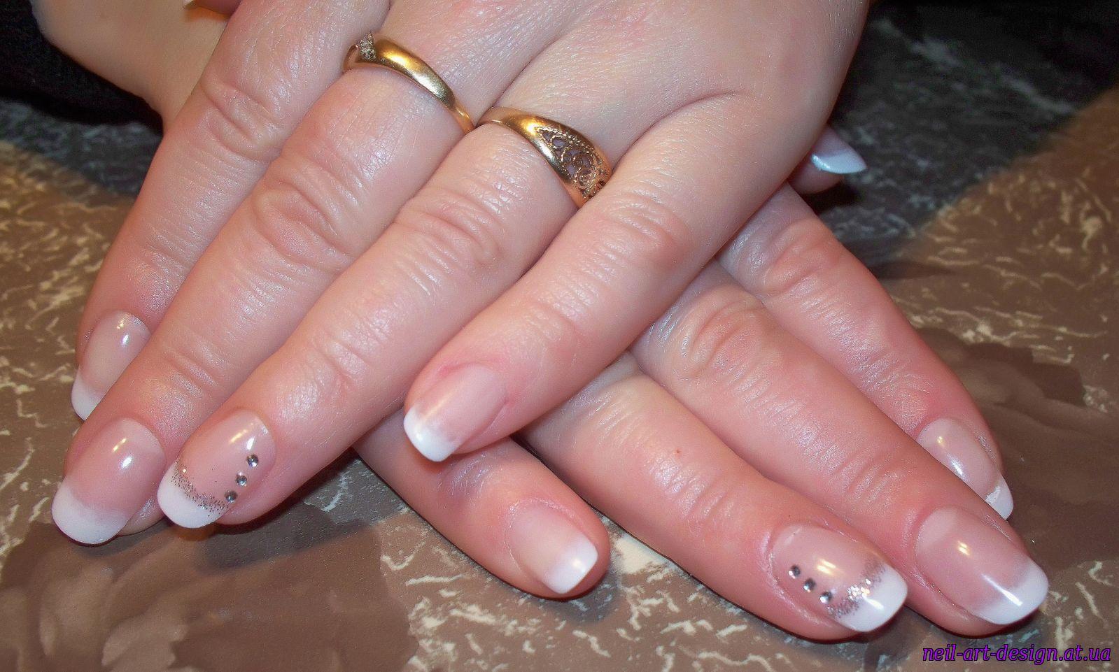 Дизайн ногтей белый френч с блестками и стразами фото