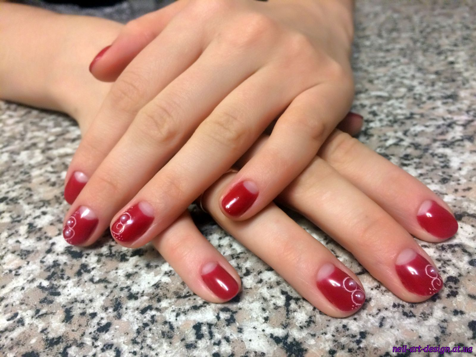 Дизайн красный лунный маникюр на ногтях фото