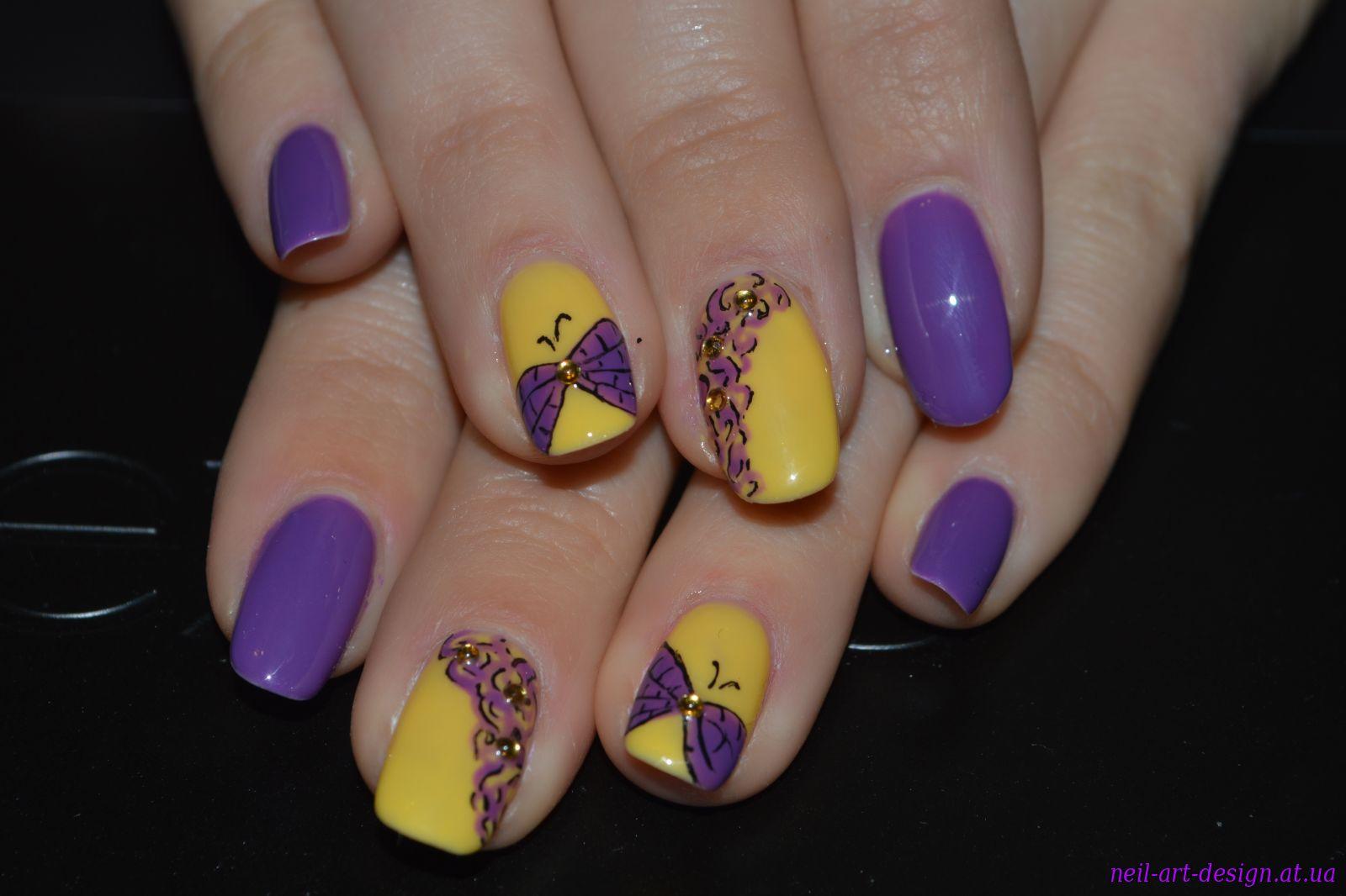 Желтый маникюр с бабочкой фото