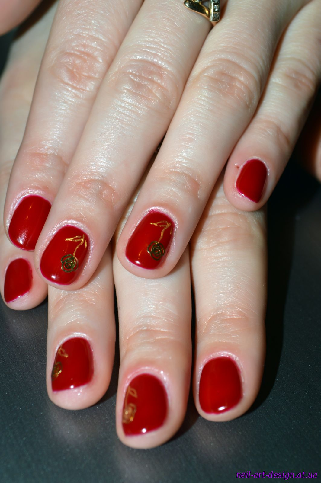 Рисунок черешни на ногтях